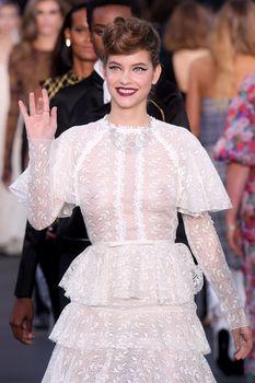 Голая грудь Барбары Палвин сквозь прозрачное платье на Runway Show в Париже фото #7