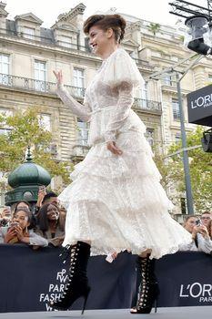 Голая грудь Барбары Палвин сквозь прозрачное платье на Runway Show в Париже фото #8
