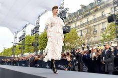 Голая грудь Барбары Палвин сквозь прозрачное платье на Runway Show в Париже фото #9