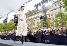 Голая грудь Барбары Палвин сквозь прозрачное платье на Runway Show в Париже фото #10