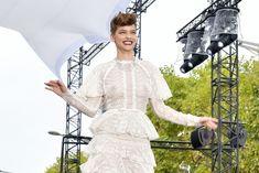 Голая грудь Барбары Палвин сквозь прозрачное платье на Runway Show в Париже фото #11
