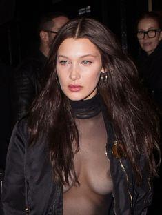 Красавица Белла Хадид засветила грудь сквозь прозрачный наряд в Париже фото #1
