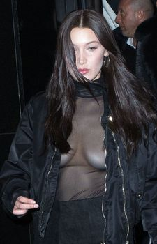 Красавица Белла Хадид засветила грудь сквозь прозрачный наряд в Париже фото #5