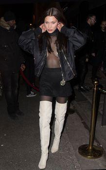 Красавица Белла Хадид засветила грудь сквозь прозрачный наряд в Париже фото #7
