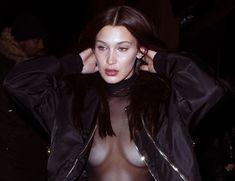 Красавица Белла Хадид засветила грудь сквозь прозрачный наряд в Париже фото #9