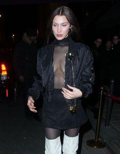 Красавица Белла Хадид засветила грудь сквозь прозрачный наряд в Париже фото #11