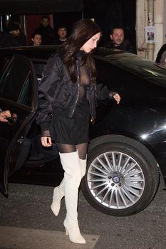 Красавица Белла Хадид засветила грудь сквозь прозрачный наряд в Париже фото #14