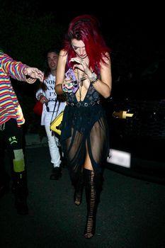 Горячая Белла Торн засветила сиськи на вечеринке фото #4