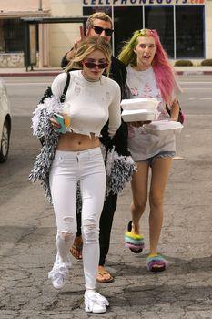 Возбуждающие сосочки Беллы Торн в эротическом наряде в Северном Голливуде фото #9