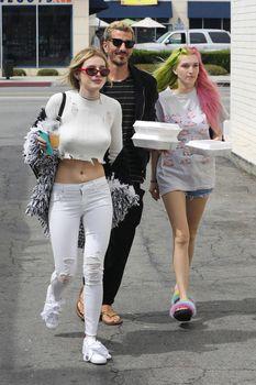 Возбуждающие сосочки Беллы Торн в эротическом наряде в Северном Голливуде фото #12