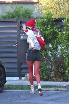 Сексуальная Белла Торн в прозрачном лифчике в Лос-Анджелесе фото #9