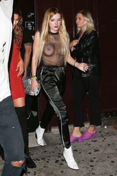 Голая грудь Беллы Торн в прозрачном наряде на прогулке фото #12