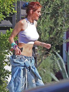 Торчащие соски Беллы Торн сквозь сексуальный топ в Лос-Анджелесе фото #8