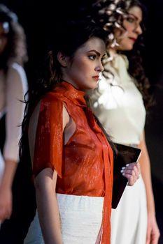 Красотка Камила Мендес засветила грудь в прозрачной блузке на фотосессии фото #1