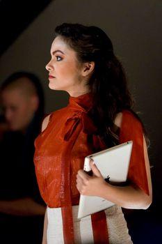 Красотка Камила Мендес засветила грудь в прозрачной блузке на фотосессии фото #2