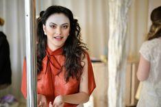 Красотка Камила Мендес засветила грудь в прозрачной блузке на фотосессии фото #3