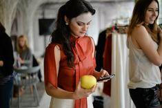 Красотка Камила Мендес засветила грудь в прозрачной блузке на фотосессии фото #4