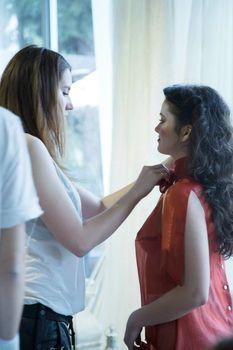 Красотка Камила Мендес засветила грудь в прозрачной блузке на фотосессии фото #7