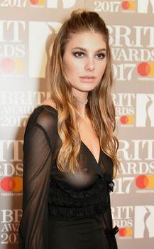Сочная голая грудь Камилы Морроне на The Brit Awards фото #1