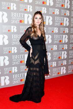Сочная голая грудь Камилы Морроне на The Brit Awards фото #2