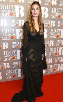 Сочная голая грудь Камилы Морроне на The Brit Awards фото #3