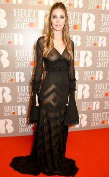 Сочная голая грудь Камилы Морроне на The Brit Awards фото #4