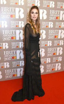 Сочная голая грудь Камилы Морроне на The Brit Awards фото #5