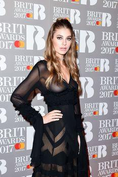 Сочная голая грудь Камилы Морроне на The Brit Awards фото #6