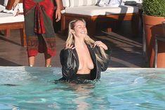 Заманчивая Кэндис Свейнпол топлесс в бассейне в Рио-де-Жанейро фото #5