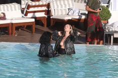 Заманчивая Кэндис Свейнпол топлесс в бассейне в Рио-де-Жанейро фото #6
