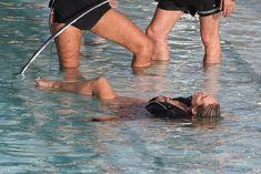 Заманчивая Кэндис Свейнпол топлесс в бассейне в Рио-де-Жанейро фото #9