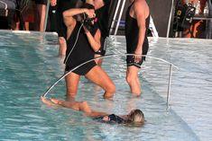 Заманчивая Кэндис Свейнпол топлесс в бассейне в Рио-де-Жанейро фото #10