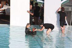 Заманчивая Кэндис Свейнпол топлесс в бассейне в Рио-де-Жанейро фото #11