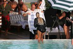 Заманчивая Кэндис Свейнпол топлесс в бассейне в Рио-де-Жанейро фото #12