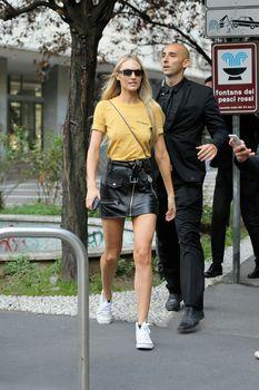 Милая Кэндис Свейнпол без лифчика на Milan Fashion Week фото #1
