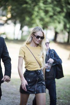 Милая Кэндис Свейнпол без лифчика на Milan Fashion Week фото #6