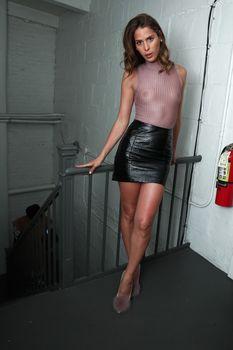 Голая грудь Кармен Каррера в прозрачном топе на красивых кадрах фото #2