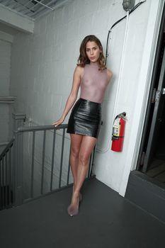 Голая грудь Кармен Каррера в прозрачном топе на красивых кадрах фото #3