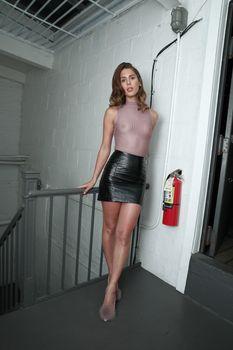 Голая грудь Кармен Каррера в прозрачном топе на красивых кадрах фото #4
