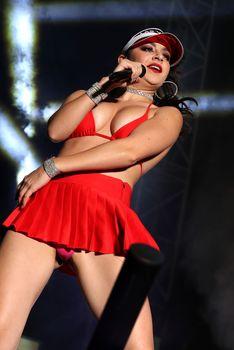 Сексуальная Charli XCX засветила попку на концерте в Лас-Вегасе фото #9
