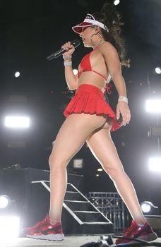 Сексуальная Charli XCX засветила попку на концерте в Лас-Вегасе фото #11