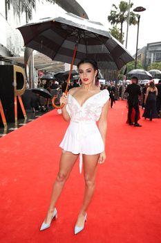 Красотка Charli XCX засветила трусики на The 30th Annual ARIA Awards фото #9