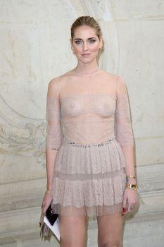 Голая грудь Кьяры Ферраньи сквозь прозрачный наряд на Paris Fashion Week фото #1