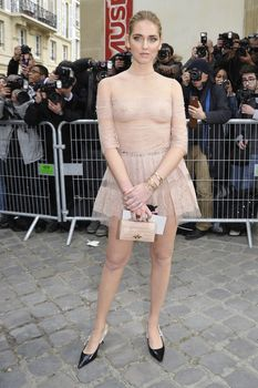 Голая грудь Кьяры Ферраньи сквозь прозрачный наряд на Paris Fashion Week фото #5