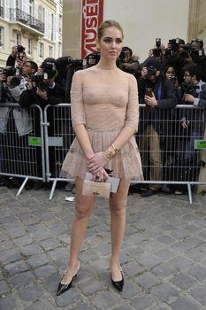 Голая грудь Кьяры Ферраньи сквозь прозрачный наряд на Paris Fashion Week фото #6