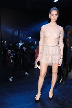 Голая грудь Кьяры Ферраньи сквозь прозрачный наряд на Paris Fashion Week фото #8