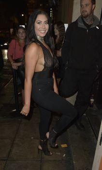 Страстная Хлоя Ферри засветила сиськи в прозрачном наряде в Ньюкасле фото #7