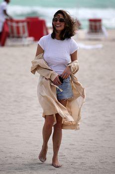 Шикарная Крисси Тейген без лифчика на Майами фото #5