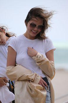 Шикарная Крисси Тейген без лифчика на Майами фото #6