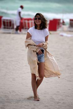Шикарная Крисси Тейген без лифчика на Майами фото #7